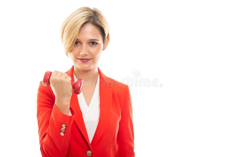 Jeune jolie femme d'affaires tenant l'haltère rouge images libres de droits