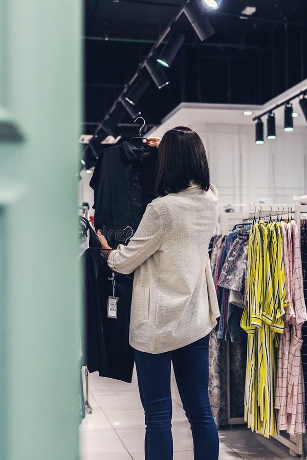 Jeune jolie femme dans le magasin de mode Concept d'achats photo libre de droits