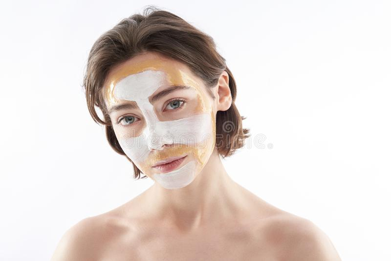 Jeune jolie femme de brune avec le masque protecteur images libres de droits