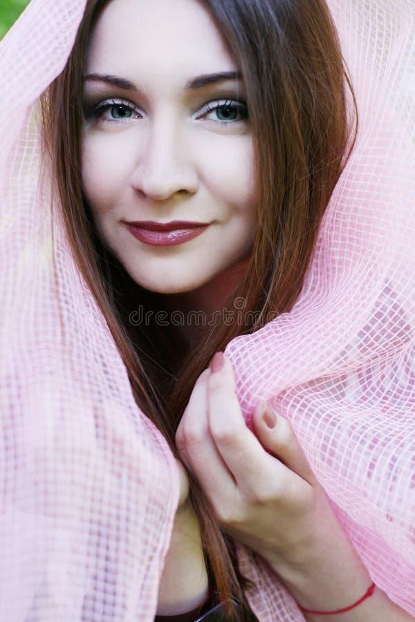 Jeune jolie femme en stationnement images libres de droits