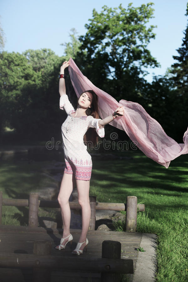 Jeune jolie femme en stationnement photographie stock libre de droits