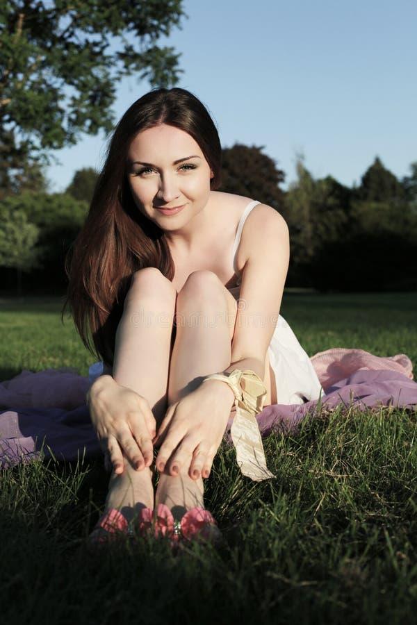 Jeune jolie femme en stationnement image libre de droits