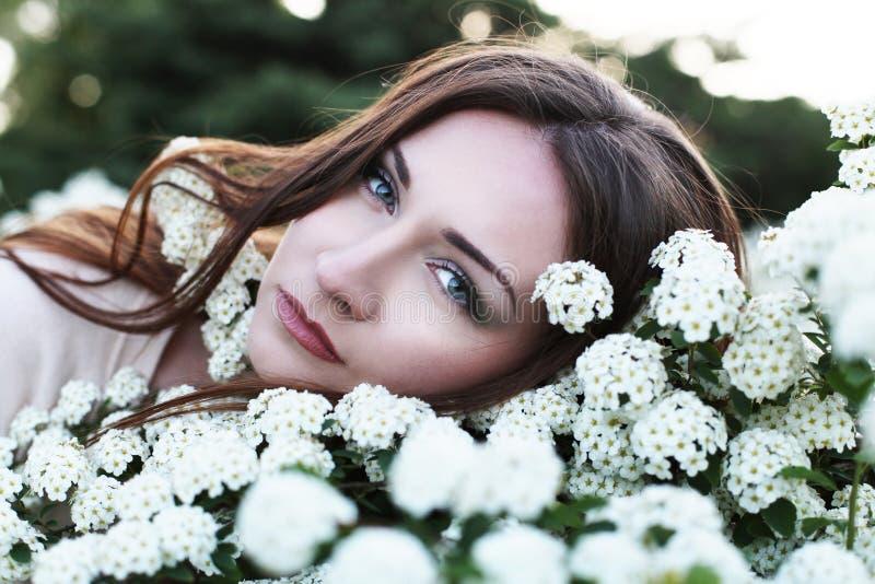 Jeune jolie femme en stationnement photo stock
