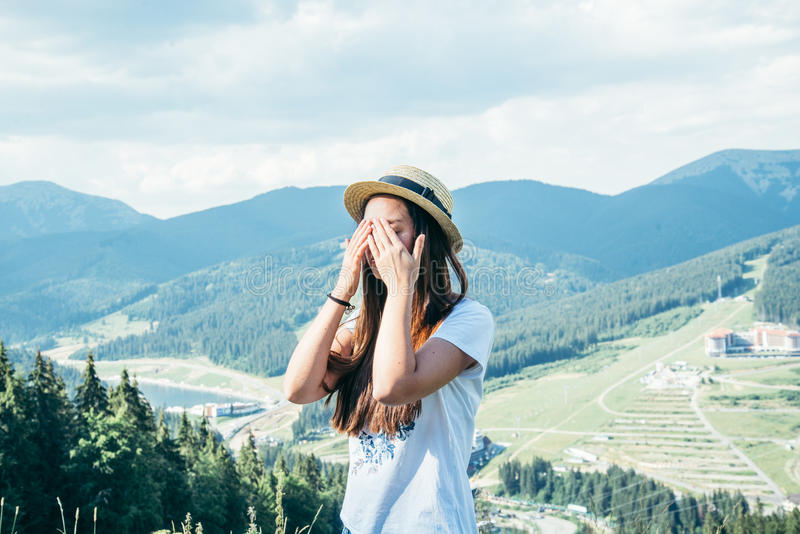 Jeune jolie femme fermant ses yeux sur le dessus de la montagne images libres de droits