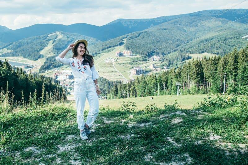 Jeune jolie femme marchant par la crête de montagne photographie stock libre de droits