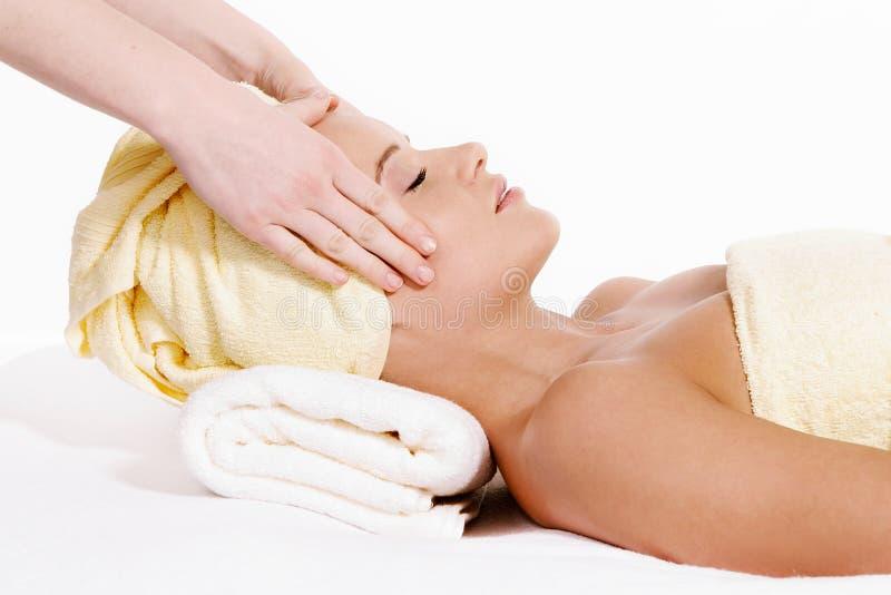 Jeune jolie femme recevant le massage de visage photographie stock libre de droits
