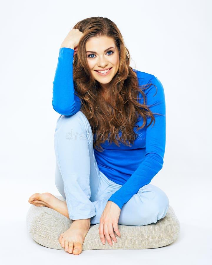 Jeune jolie femme s'asseyant sur le plancher avec les jambes croisées Position de yoga images libres de droits