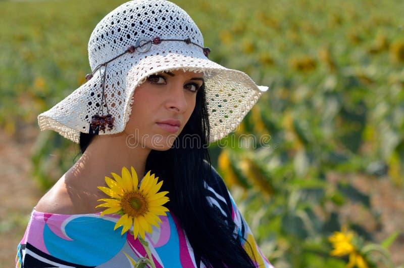 Download Jeune Jolie Femme Sur Le Champ De Floraison En été Image stock - Image du fille, grimace: 56482249