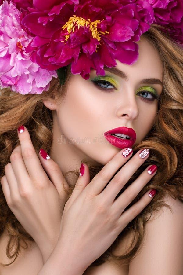 Jeune jolie fille avec la guirlande de fleur photo stock