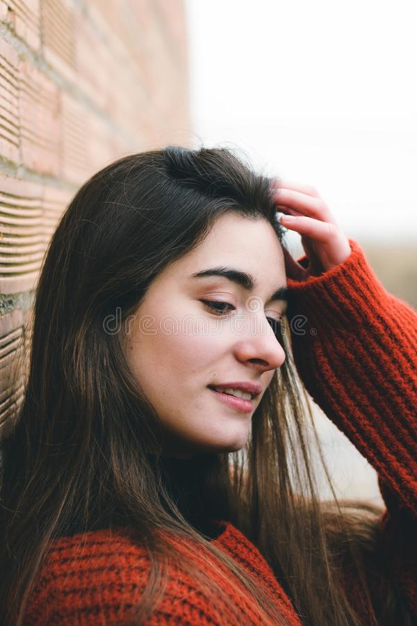 Jeune jolie fille en gros plan posant et touchant ses cheveux À l'extérieur verticale de mode photo stock