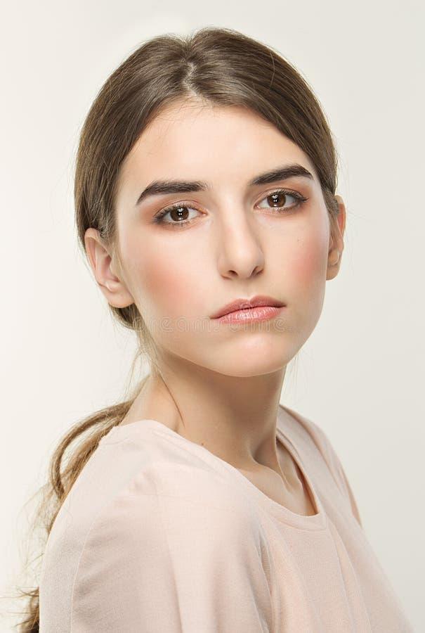 Jeune jolie fille, portrait classique sur le fond blanc Style nu images stock