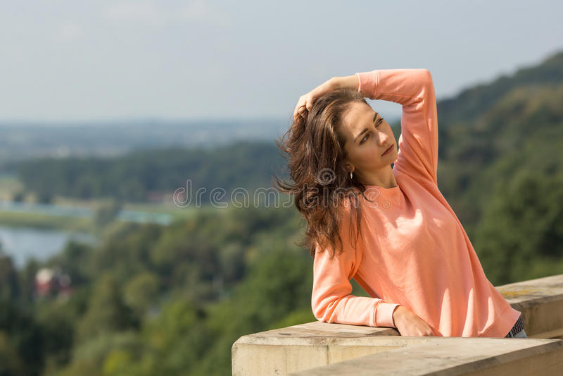 Jeune jolie fille posant dehors heureux images libres de droits