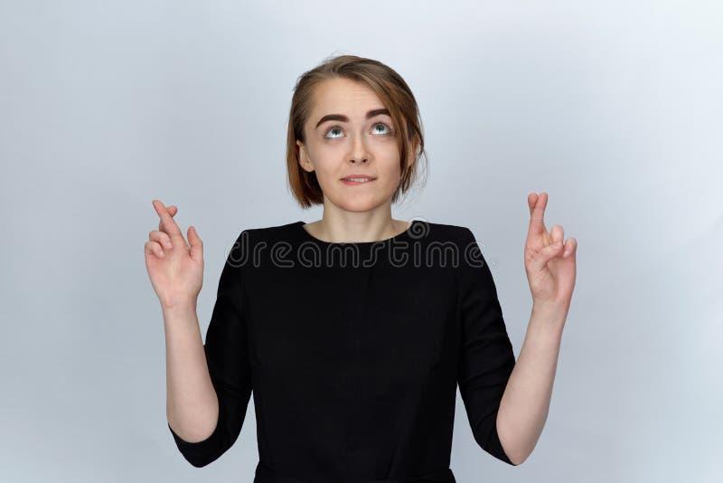 Jeune jolie fille posant pour un portrait sur le fond d'isolement W images libres de droits