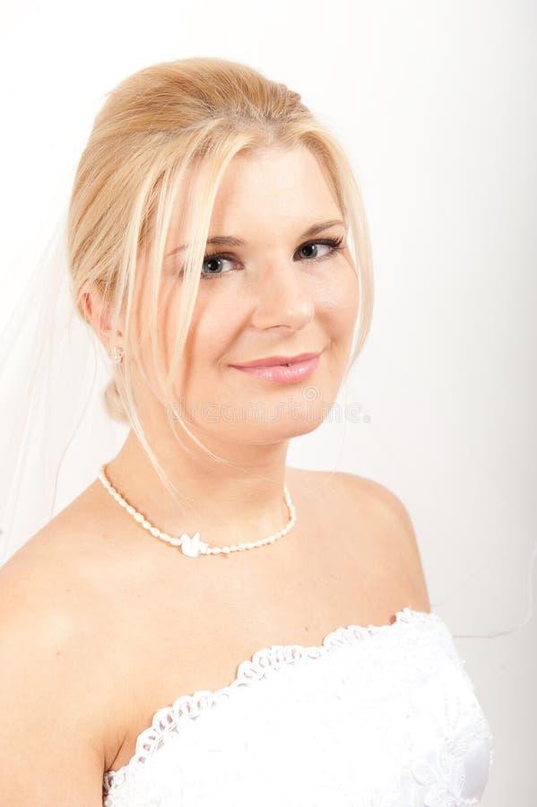 Jeune jolie mariée de femme dans le voile blanc photos stock
