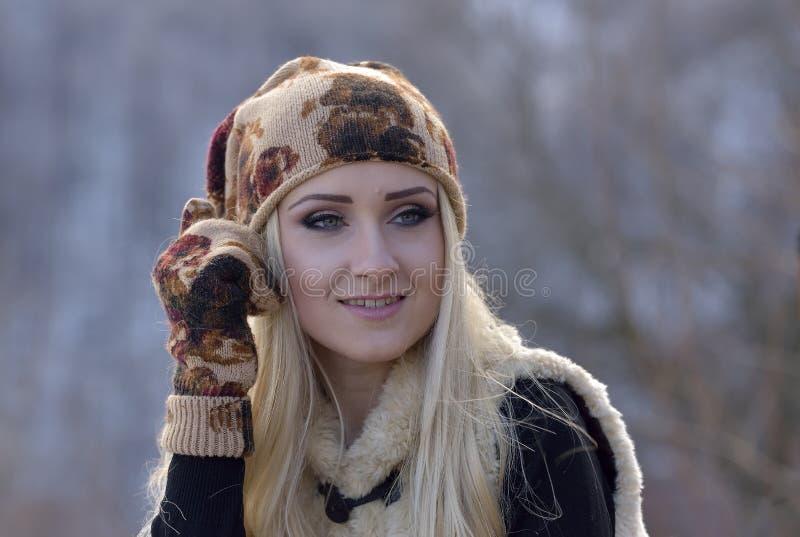 Jeune jolie verticale de femme photographie stock