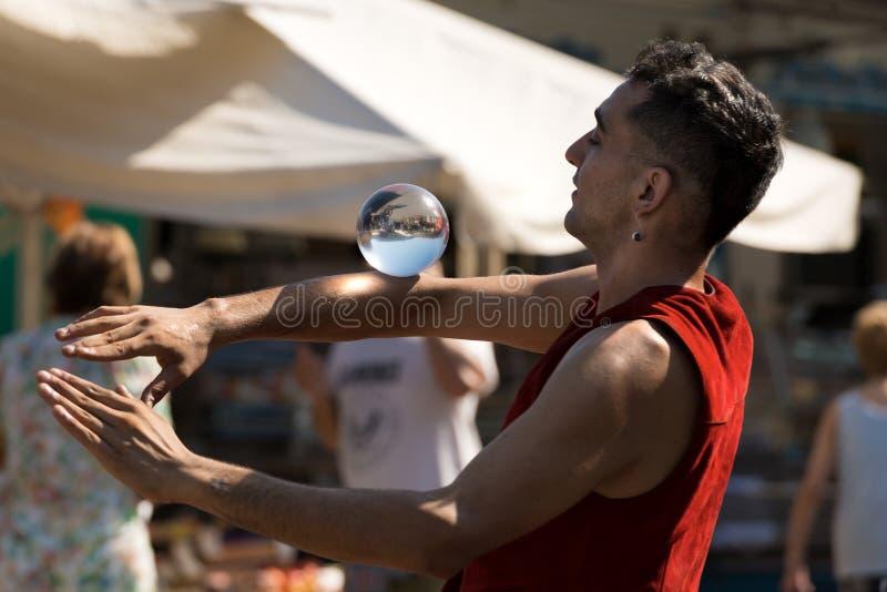 Jeune jongleur non identifié avec Crystal Ball image libre de droits