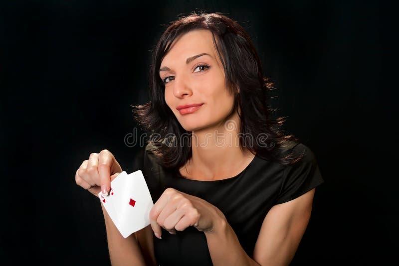 Jeune joueur chanceux avec des cartes photos stock
