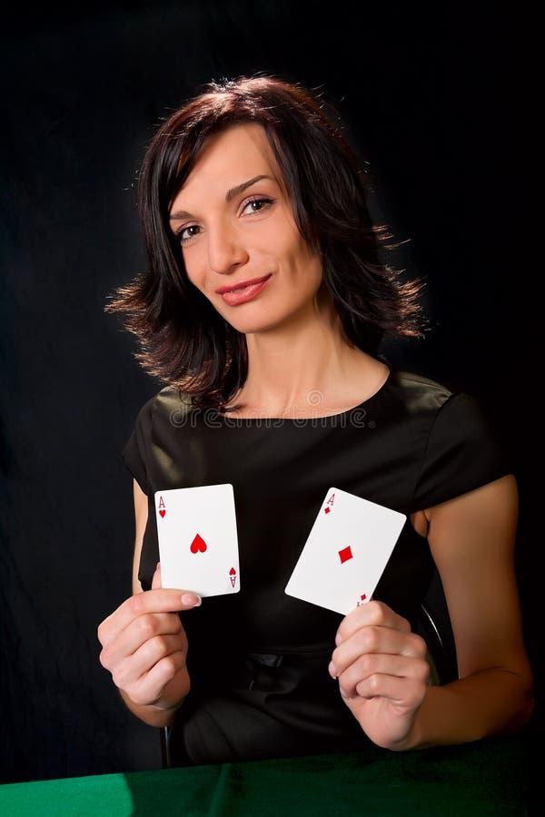 Jeune joueur chanceux avec des cartes photos libres de droits