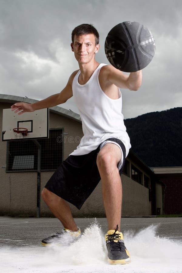 Jeune joueur de basket élégant image stock
