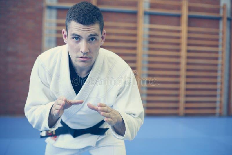 Jeune judo de pratique masculin dans le kimono photographie stock libre de droits