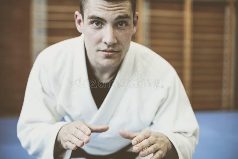 Jeune judo de pratique masculin dans le kimono images libres de droits