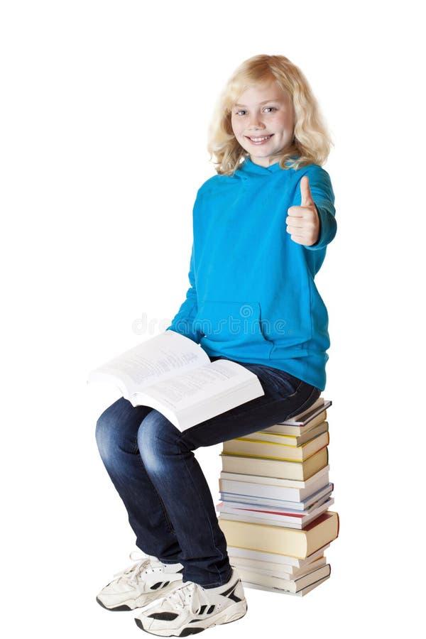 Jeune l'écolière blonde et belle affiche le pouce photo libre de droits
