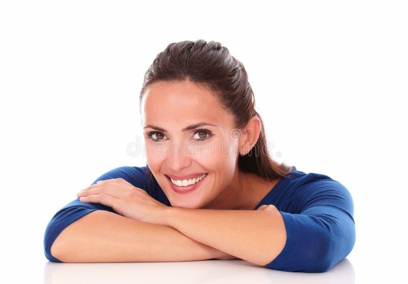 Jeune latin dans le chemisier bleu vous regardant image libre de droits