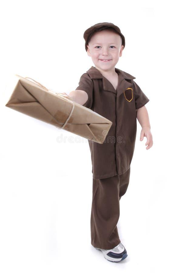 Jeune Little Boy fournissant un paquet à la visionneuse photos stock