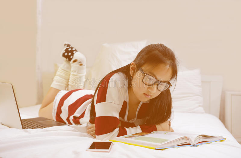 Jeune livre d'histoire de lecture d'adolescente photographie stock libre de droits