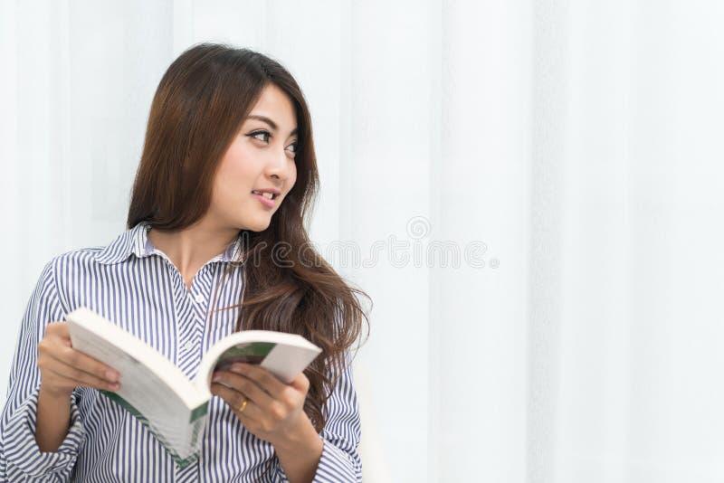 Jeune livre de lecture asiatique de femme images stock