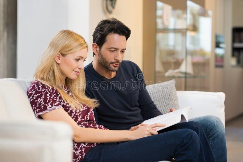 Jeune livre de relevé de couples image libre de droits