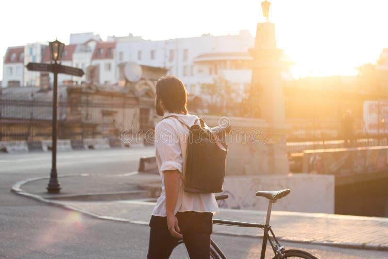 Jeune mâle avec la bicyclette photographie stock