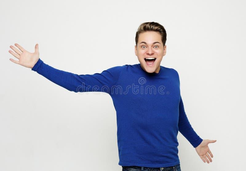 Jeune mâle caucasien émotif réussi écrémant oui photo libre de droits