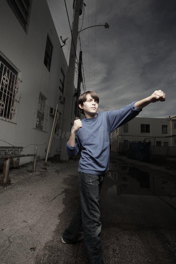 Jeune mâle projetant un perforateur photos libres de droits