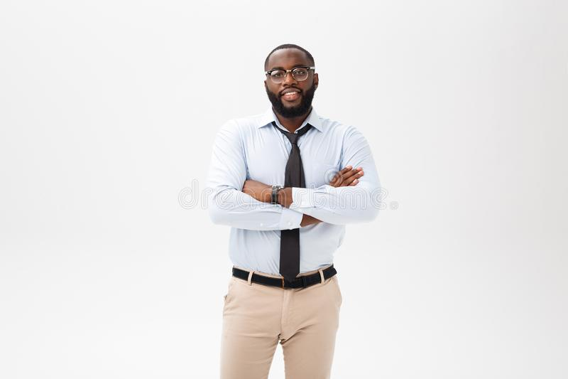 Jeune mâle sûr heureux d'affaires d'afro-américain souriant avec confiance image libre de droits