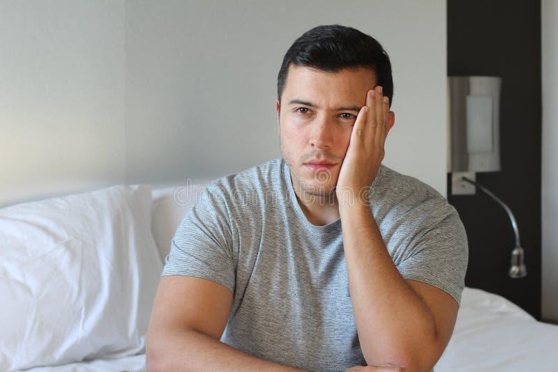 Jeune mâle seul avec désespoir photos stock
