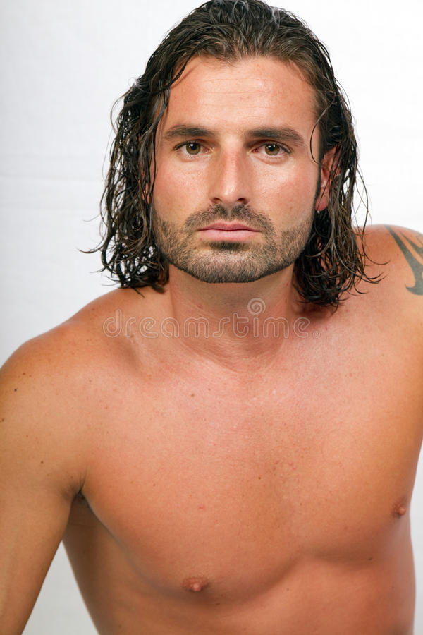 Jeune mâle sportif avec le long cheveu photographie stock