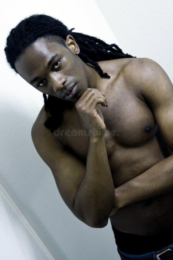 Jeune mâle urbain d'Afro-américain sans chemise photographie stock