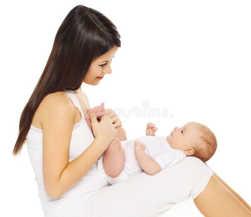 Jeune mère affectueuse heureuse tenant le bébé sur un blanc photographie stock libre de droits