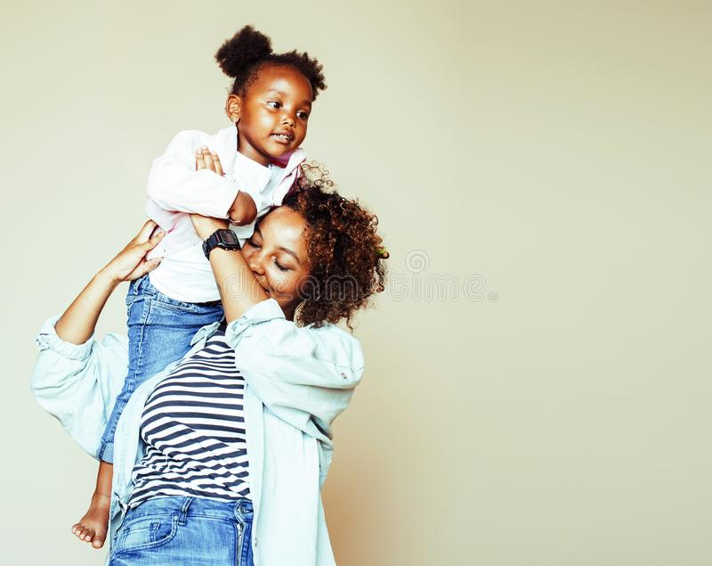 Jeune mère afro-américaine douce adorable avec la petite fille mignonne, photos stock