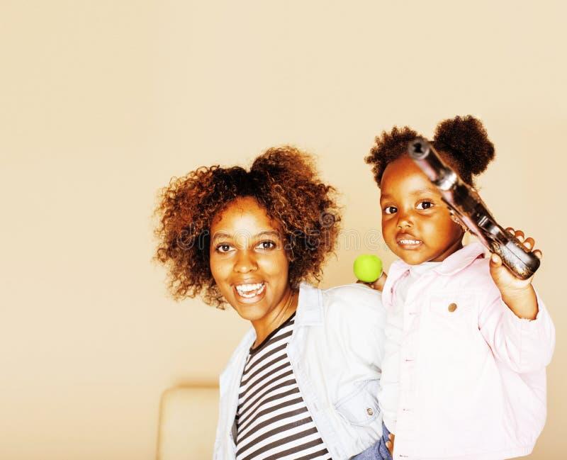 Jeune mère afro-américaine douce adorable avec le petit daugh mignon photographie stock libre de droits