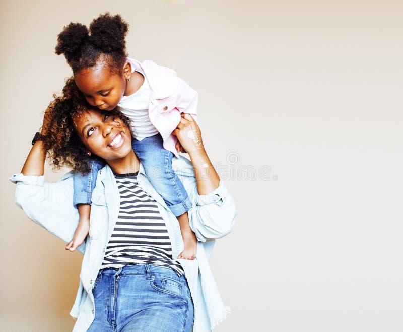 Jeune mère afro-américaine douce adorable avec le petit daugh mignon image libre de droits