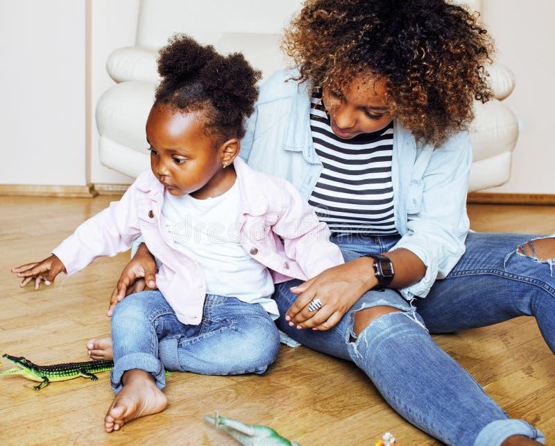 Jeune mère afro-américaine douce adorable avec le petit daugh mignon image stock