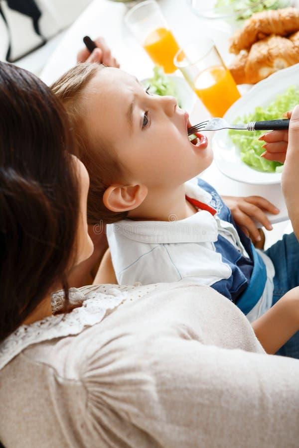 Jeune mère alimentant son enfant photographie stock libre de droits