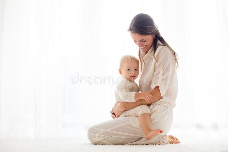 Jeune mère allaitant son bébé garçon d'enfant en bas âge photographie stock