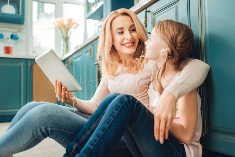 Jeune mère avec du charme communiquant avec son enfant image libre de droits