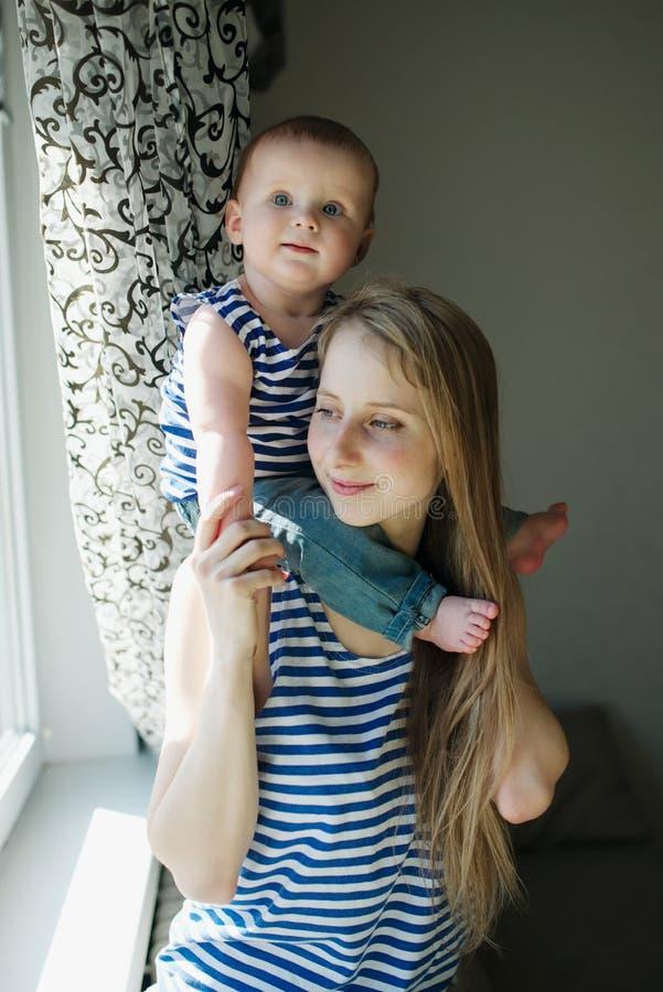 Jeune mère avec la chéri photos libres de droits