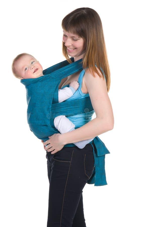 Jeune mère avec la chéri dans rire d'élingue photo libre de droits