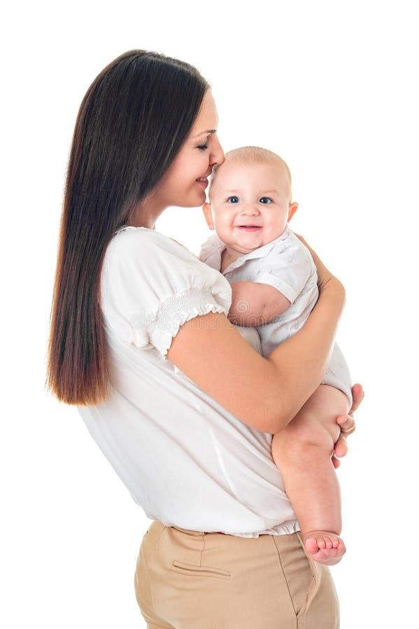 Jeune mère avec son bébé adorable d'isolement sur le fond blanc image stock