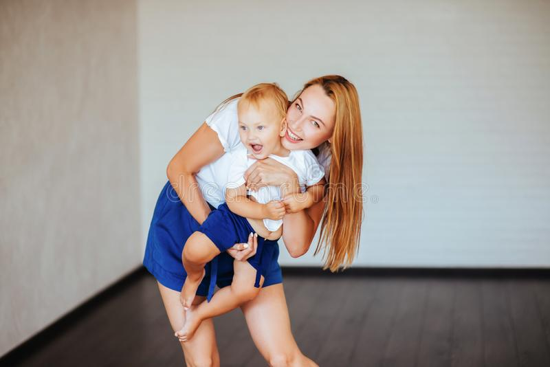 Jeune mère avec son petit fils image stock